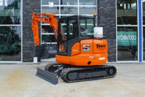 Sturm bv uit Zaandam heeft een Kobelco SK55SRX minigraafmachine in ontvangst genomen. Dit is naast de eerder aangeschafte SK85SR de tweede Kobelco graafmachine voor Sturm.