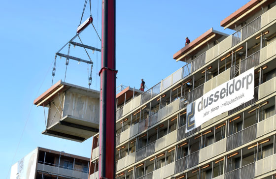 Dusseldorp Infra, Sloop en Milieutechniek hees afgelopen week op spectaculaire wijze flats uit in Kerkrade. Met een 400-tons kraan van Wagenborg Nedlift werden de appartementen vanaf de tiende verdieping uitgetakeld.
