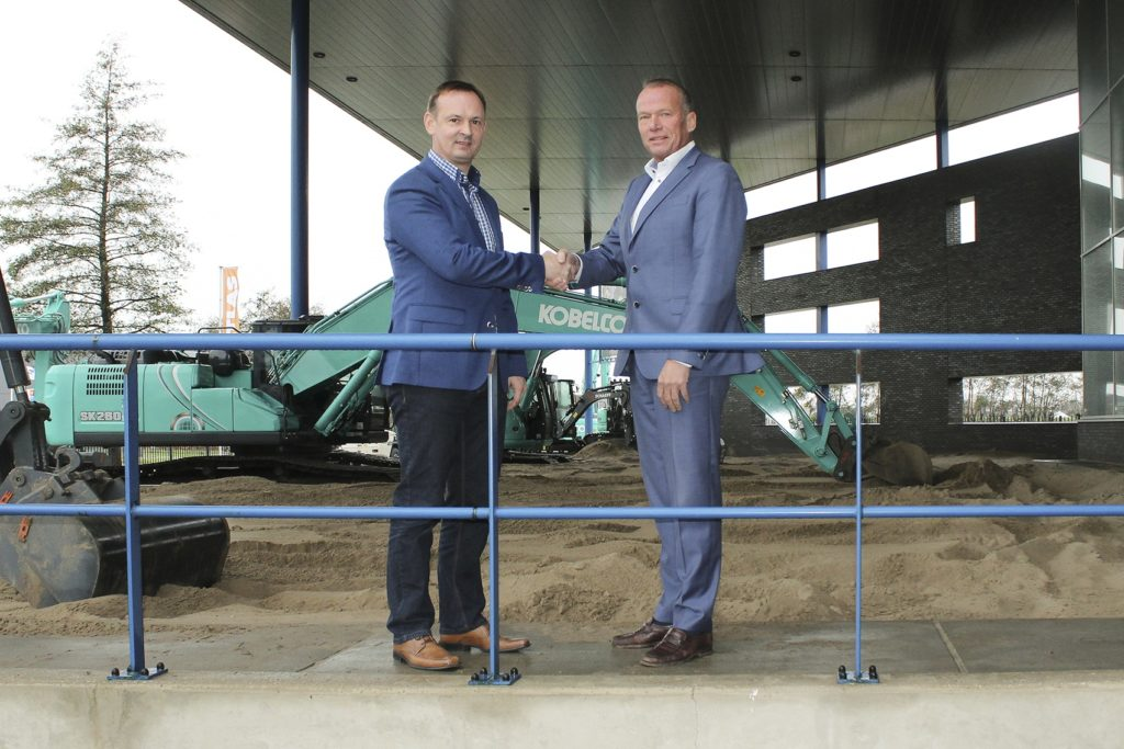 Stefan Karbach, salesmanager Europa bij Bomag, en Ben Kemp namens Reesink schudden elkaar de hand om de overeenkomst over het importeurschap te bekrachtigen.