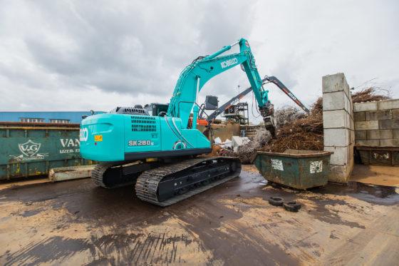 Van Groningen in Nieuw-Vennep investeerde in twee nieuwe machines: een Atlas 350MH Tier 4 Final overslagmachine en een Kobelco SK260LC-10 rupsgraafmachine. Beide machines werden geleverd door Hans van Driel.