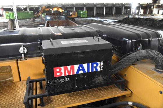 C.A. de Groot Sloop- en Demontagetechniek sloopt op Schiphol een ingehuurde Cat 336F UHD momenteel in opdracht van KLM een deel van vrachtstation 1.