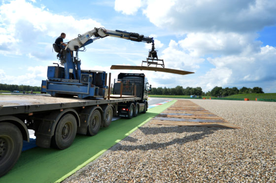 De 20 ton/meter Kennis-kraan kan het werk prima aan. Er is nog een 36 ton/meter-kraan in bedrijf, maar het grotere bereik is niet nodig; beter is het om de truck even snel te verzetten. Met de afstandsbediening gaat dat toch vlot.