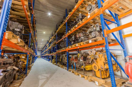 Sterk punt van Overbeek: het bedrijf heeft een immens magazijn vol met (gereviseerde) motoren, versnellingsbakken, assen, hydrauliekmotoren en -pompen.