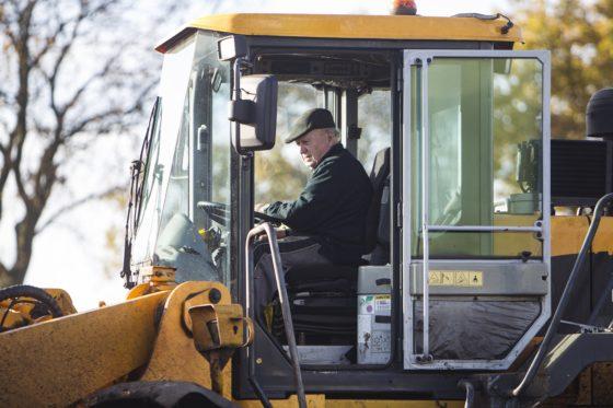 Geconcentreerd bestuurt Piel de wiellader waarop hij minimaal vijf dagen per week is te vinden.