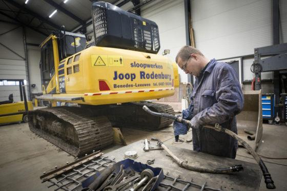 Monteur Richard Beekhuyzen bezig met onderhoudswerk. Joop Rodenburg doet zoveel mogelijk zelf, ook het onderhoud en transport.