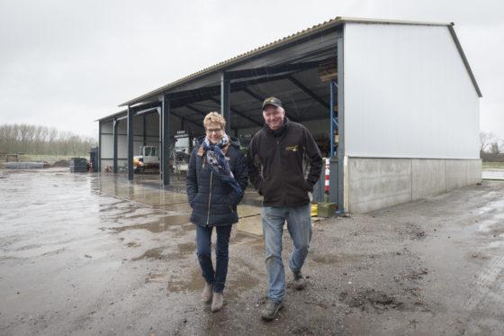 Joop en Antoinet Rodenburg bij hun stalling op het bedrijf in Druten. 'De prijzen zijn sinds 2001 niet of nauwelijks gestegen.'