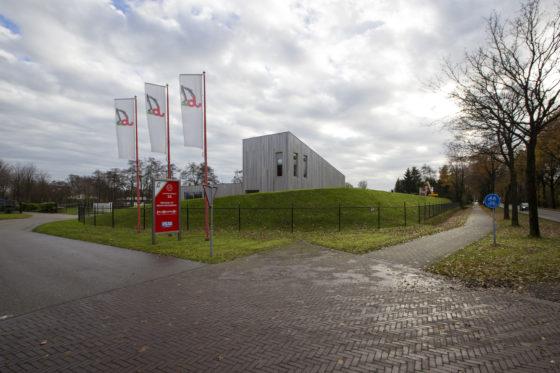 Duurzaamheid troef bij Jelle Bijlsma. Het nieuwe gedeelte van het kantoor is gebouwd met duurzame materialen en voorzien van een sedumdak.