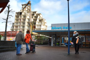 Scheffer Groep sloopte 35 meter hoge flat in Delfzijl