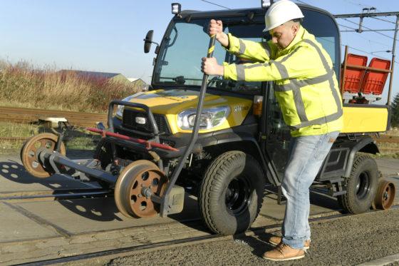 Door de lorriestellen aan voor- en achterzijde handmatig om te klappen, wordt de laagloper mechanisch vast in het spoor gezet.
