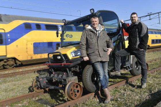 Ed Koerts (rechts) verkocht de eerste Kubota laagloper op basis van een paar foto's aan Marc Ruigrok van Railcare (links). Ruigrok is een enthousiaste gebruiker. 'De laagloper is heerlijk comfortabel, ik ga er echt met plezier inzitten.'