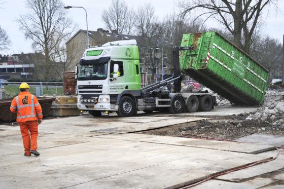 In totaal levert de sloop een 12.000 ton aan gemengd- en betonpuin op. Het puin mag niet op locatie worden gebroken en wordt daarom afgevoerd voor verdere verwerking.